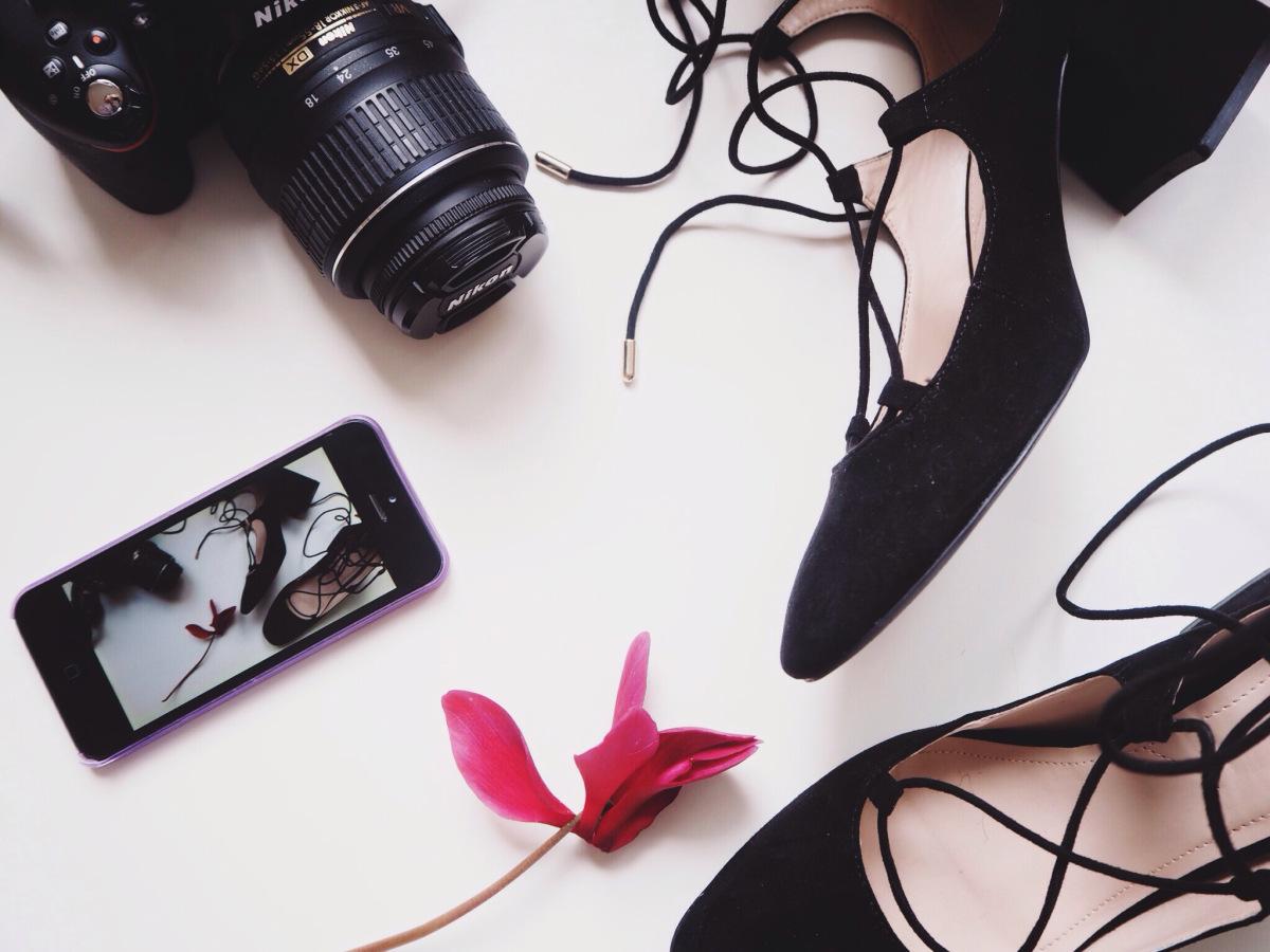 @elvireadele's cover photo for 'Scarpe per ragazze basse e povere'