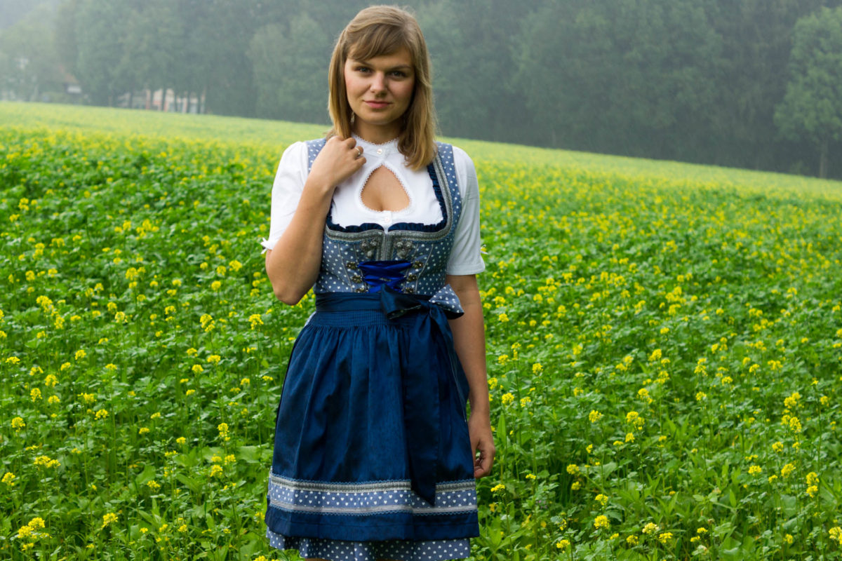 @yellowgirl_at's cover photo for '#ootd im Krüger Dirndl in Blau mit Herzerln und Bluse mit tropfenförmigem Ausschnitt* - yellowgirl der DIY und lifestyle Blog'