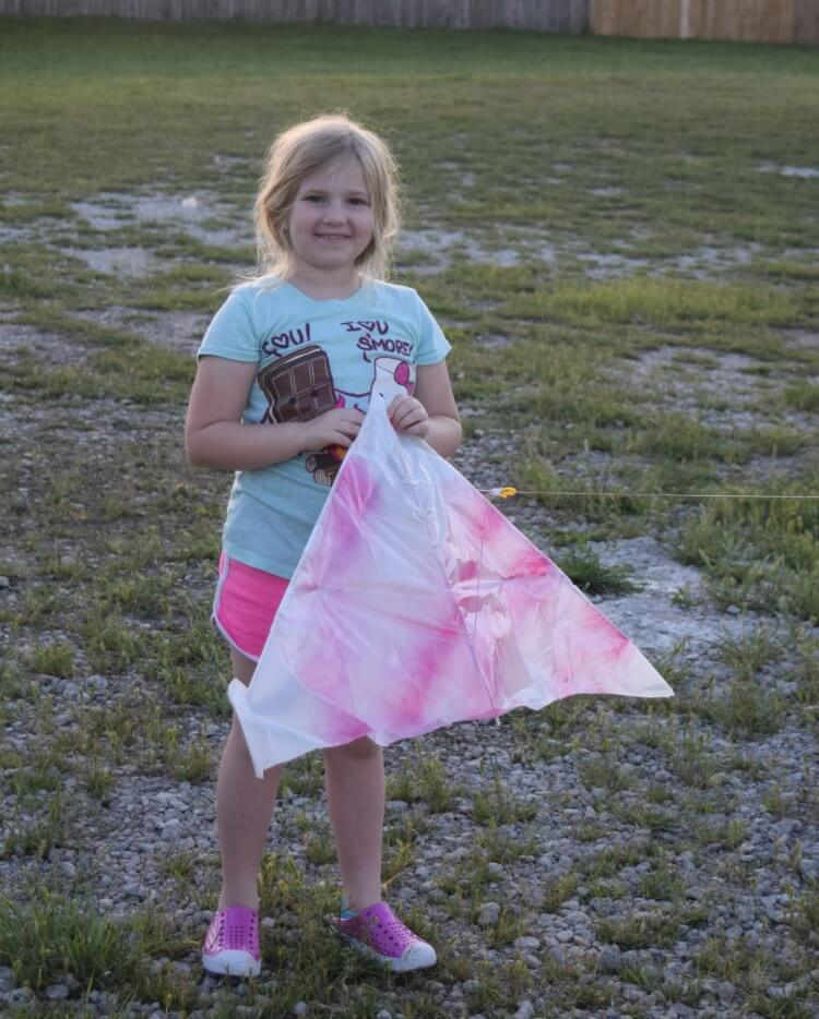 @tiptoefairy's cover photo for 'DIY Trash Bag Kite'
