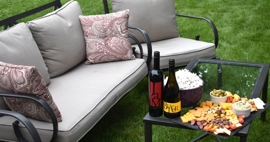 @minutritionist's cover photo for 'How to Host an Outdoor Movie Night'