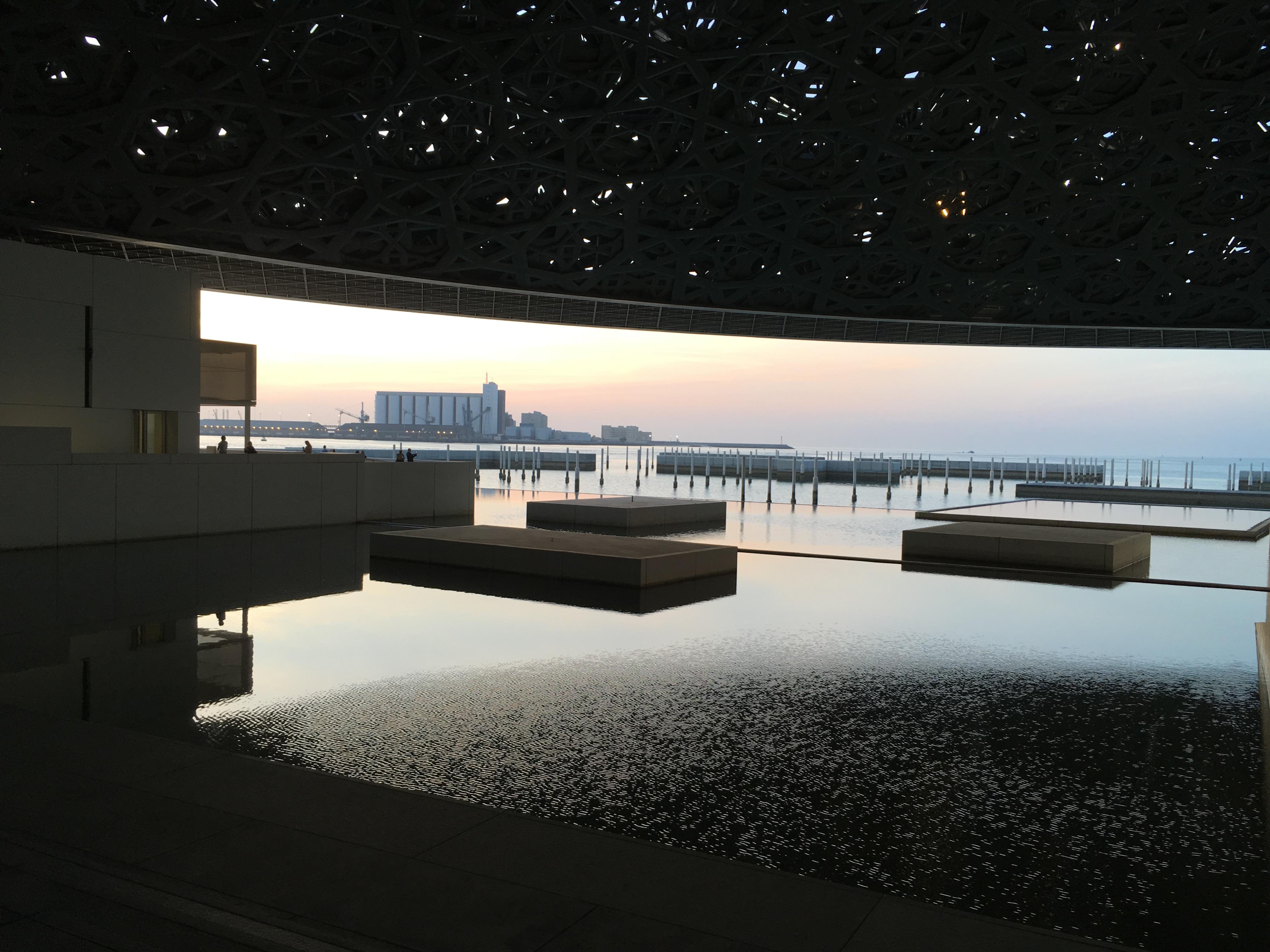@inviaggioconapple's cover photo for 'EMIRATI ARABI UNITI. Louvre Abu Dhabi: il Museo sull'acqua | In Viaggio con Apple | Il Blog di Viaggi di Melania Bifaro'