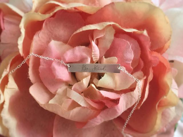 @nicregiane's cover photo for 'NICA POR AÍ: Dica de presente: Colar Be Kind da Sincerely Silver'