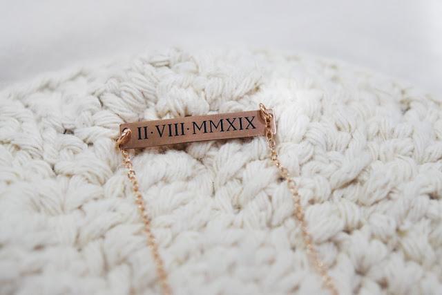 @nicregiane's cover photo for 'NICA POR AÍ: Sincerely Silver lança colar com data personalizável em numeral romano'